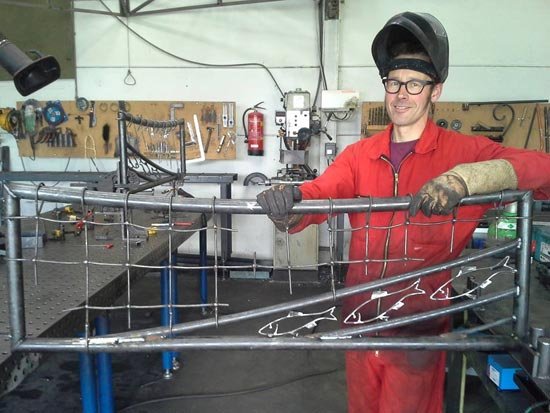 Gerwolt Westhuis van Cronquels - van Hekwerk tot Kunstwerk - werkt in zijn atelier aan de maritieme opdracht.