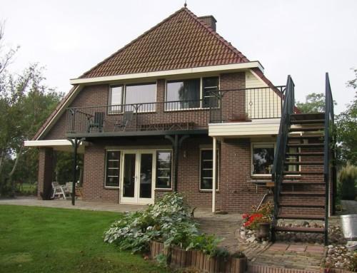 Modern balkon met trap vanuit de tuin