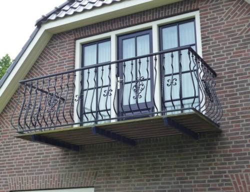 Compleet balkon met klassieke balustrade