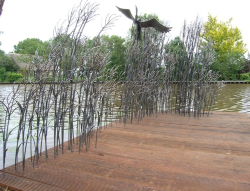 Sculptuur reiger in wuivend riet