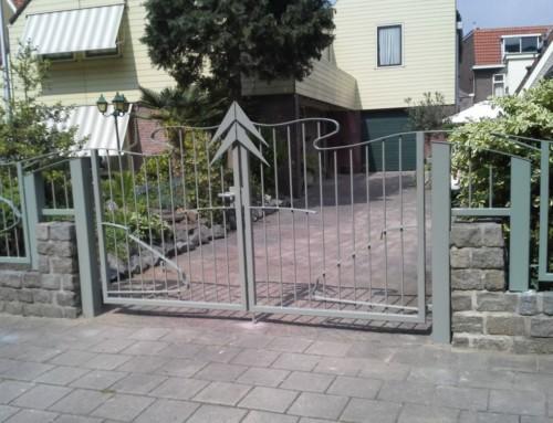 "Hekwerk met dubbele poort ""Snoek vs Citroen DS"""